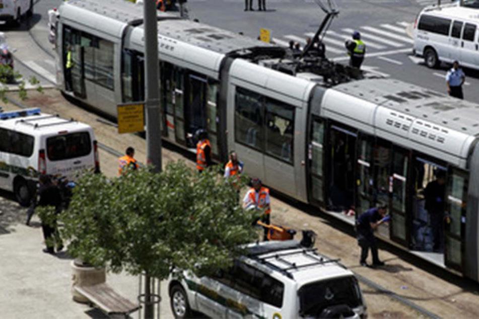 In einer Straßenbahn wurde eine 25-jährige Britin mit dem Messer attackiert.