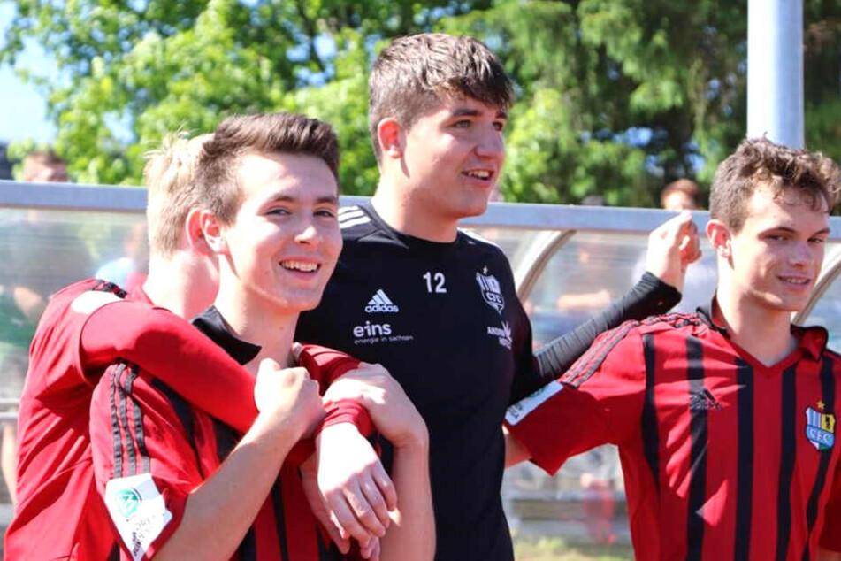 Torhüter-Talent Luis Lungwitz (M.) verlässt den CFC. Der 16-Jährige wechselt nach Gelsenkirchen in die Knappenschmiede von Schalke 04. Rechts Paul Schreiter, links Fynn Seidel.