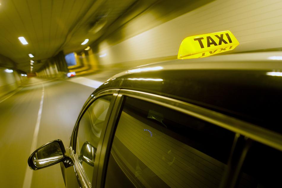 Leipzig: Überfall auf Tankstelle: Bewaffnete Täter liefern sich wilde Verfolgungsjagd mit Taxifahrern