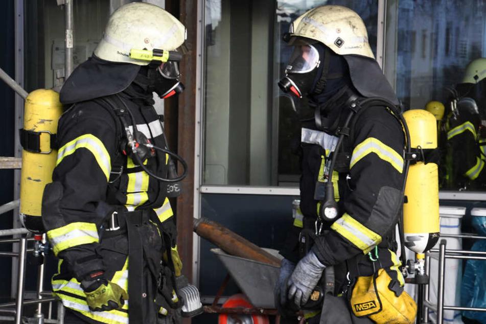Die Einsatzkräfte konnten das gelöschte Gebäude zunächst nicht betreten. (Symbolbild)