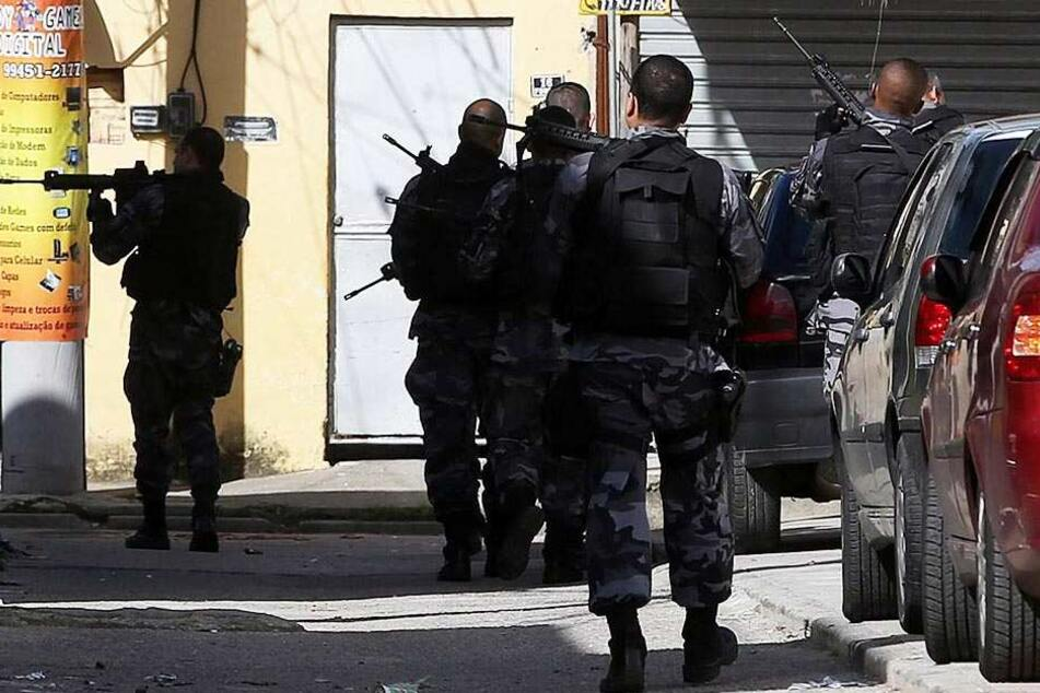 Die Sicherheitskräfte rückten mit einem Großaufgebot aus und sperrten das Gelände weiträumig ab.