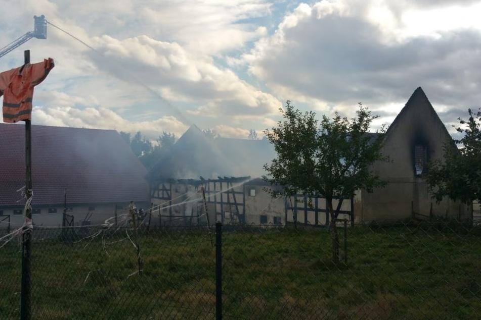 Das Feuer vernichtete ein Gebäude des Hofs.