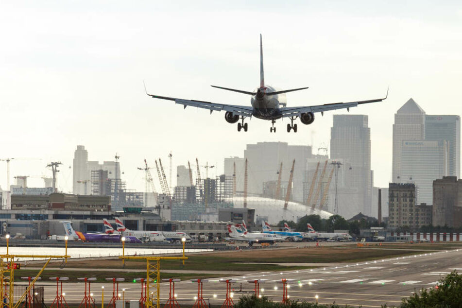 Eine British Airways Maschine landet am Flughafen London City.