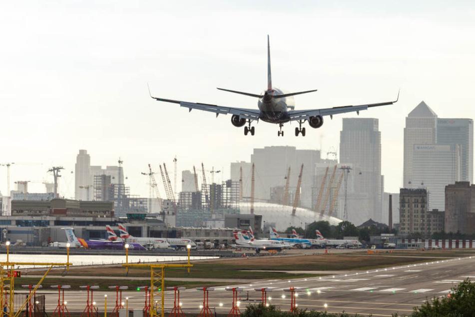 Eine British Airways Maschine landet am Flughafen London City.
