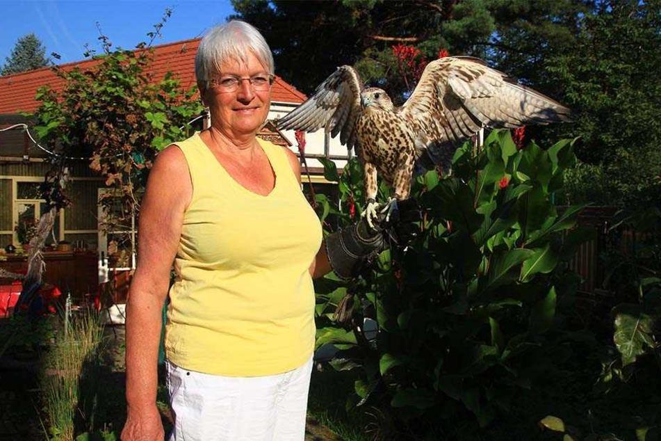 Besitzerin Gisela Braun kann es kaum fassen, dass ihre gefiederte Freundin wieder zurück ist.