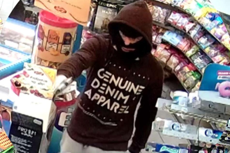 Der Mann im braunen Pullover bedrohte die Angestellte mit einer Waffe.