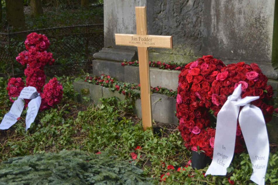 Ein kleines Holzkreuz erinnert am Grab an Jan Fedder.