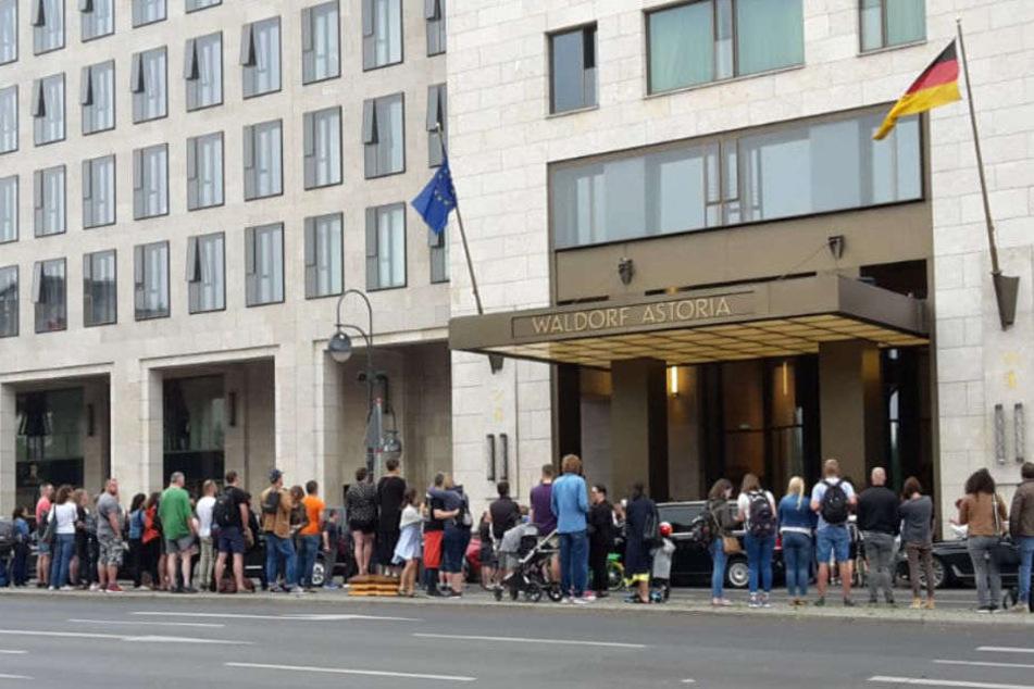 Fans warten vor dem Waldorf Astoria auf Axl Rose und Co.