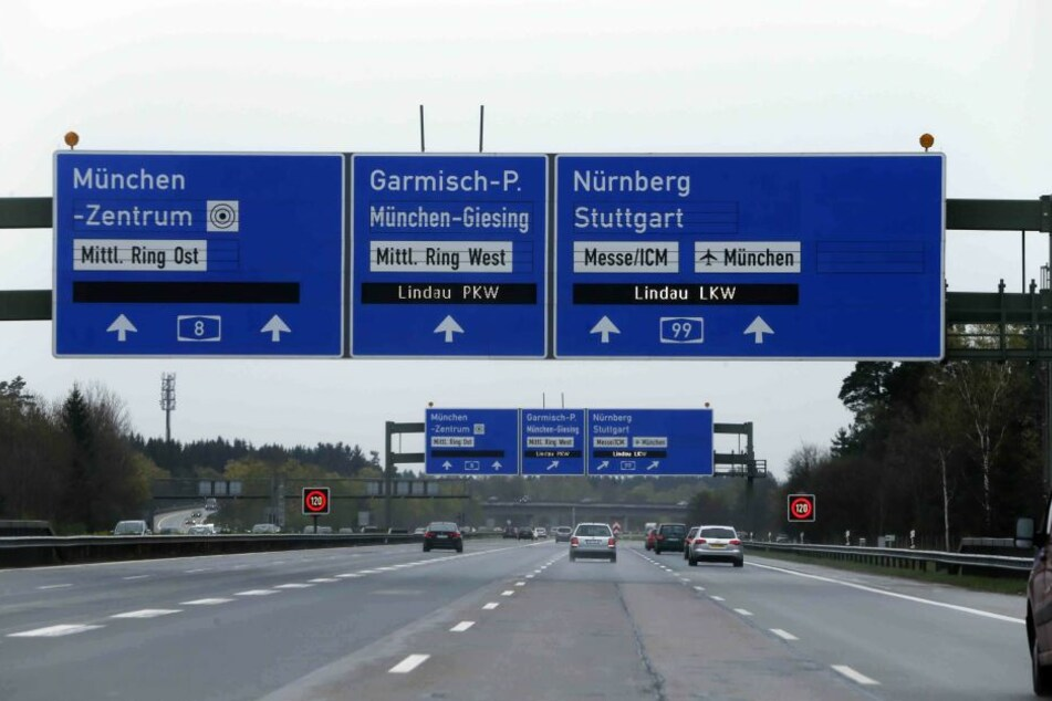 Vor dem Autobahnkreuz München-Süd kam es zu dem Crash. (Symbolbild)