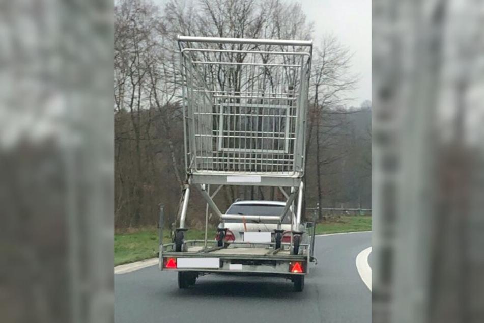 Das Foto der Polizei Dortmund zeigt einen überdimensionierten Einkaufswagen auf einem Anhänger eines Auto.