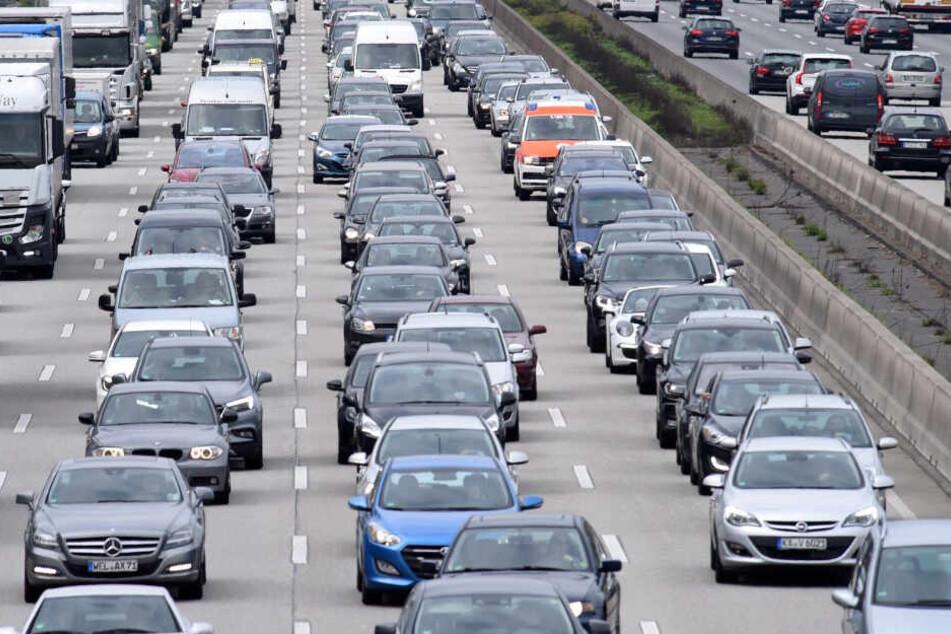 Die Autobahnen Richtung Süden werden zu Beginn der Ferien wieder überlastet sein. (Symbolbild)