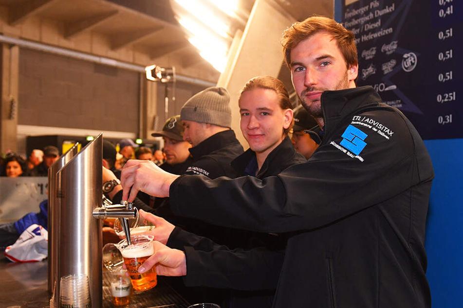 Die Eislöwen-Spieler Jordan Knackstedt (r.) und Timo Walther können sich freuen: Die Cateringrechte wurden für die nächsten fünf Jahre erneut an den Verein und den bisherigen Caterer vergeben.