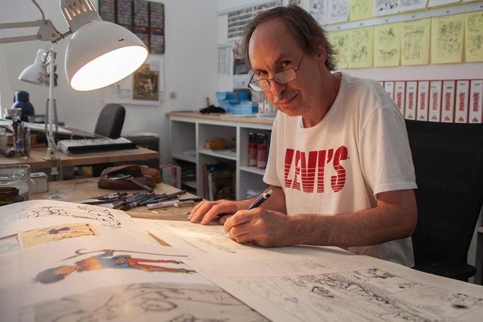 """Der Sachse Ulrich Nitzsche (55) zeichnet in Berlin beim Verlag """"Mosaik Steinchen für Steinchen"""" die Abrafaxe mit."""