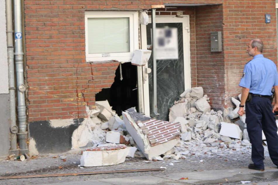 Die zerstörte Hausfassade wenige Meter vom Café entfernt.