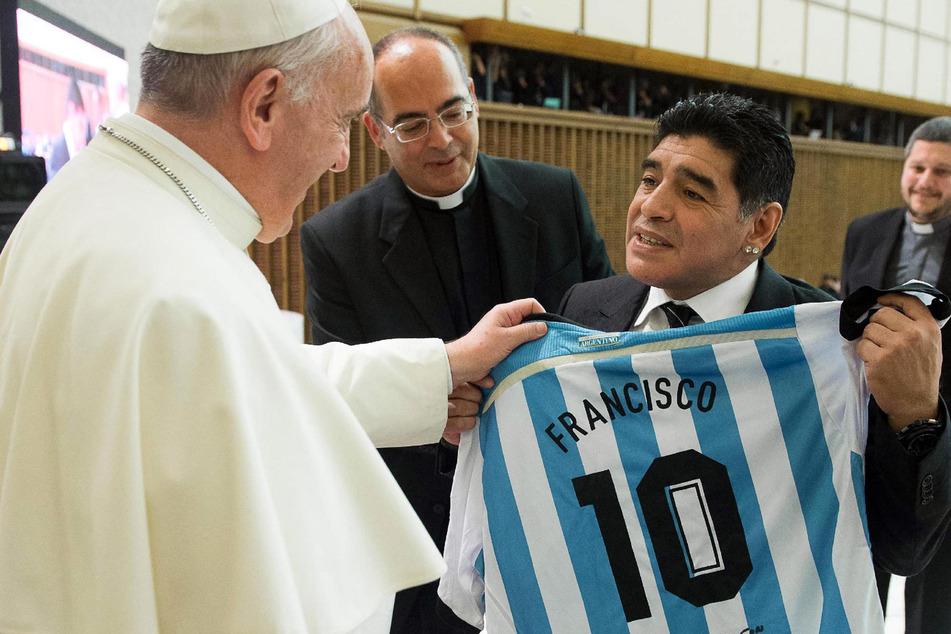 """Nicht von dieser Welt. Diego Armando Maradona (†60) bei Papst Franziskus im Jahre 2014. Man könnte sagen: Die """"Hand Gottes"""" traf dessen verlängerten Arm."""
