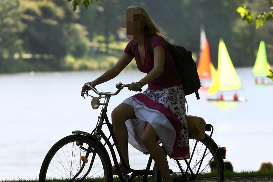 Eine 22-jährige Radlerin wurde offenbar beim Vorbeifahren von einem unbekannten Radfahrer gestreift und stürzte (Symbolbild).