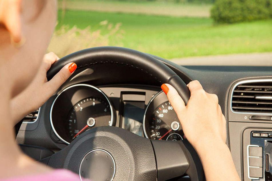 Betrunkene Frau fährt mit Mann auf der Motorhaube