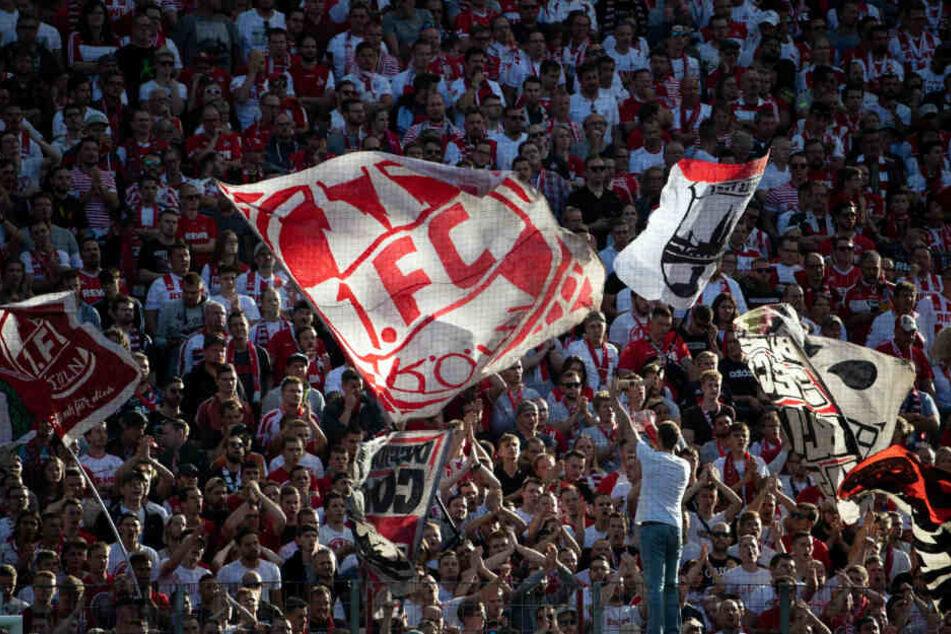 Fans des 1. FC Köln im Fan-Block während des Derbys gegen Gladbach.