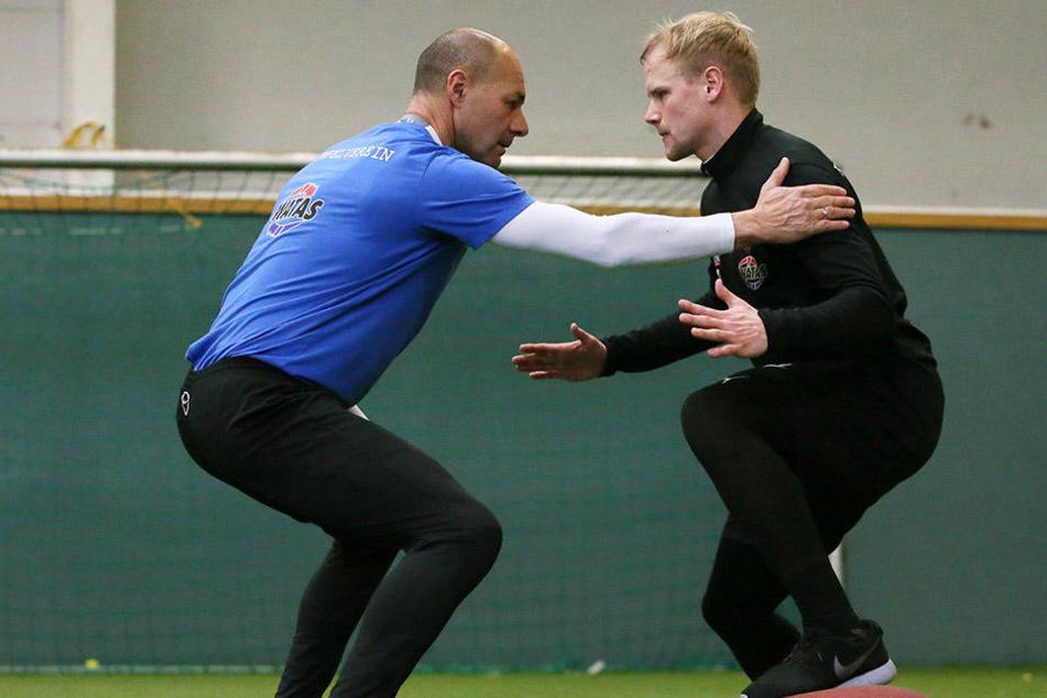 Das Aufbautraining absolviert Sören Bertram mit FCE-Fitnesscoach Werner  Schoupa. Im Januar will der 25-Jährige voll angreifen.