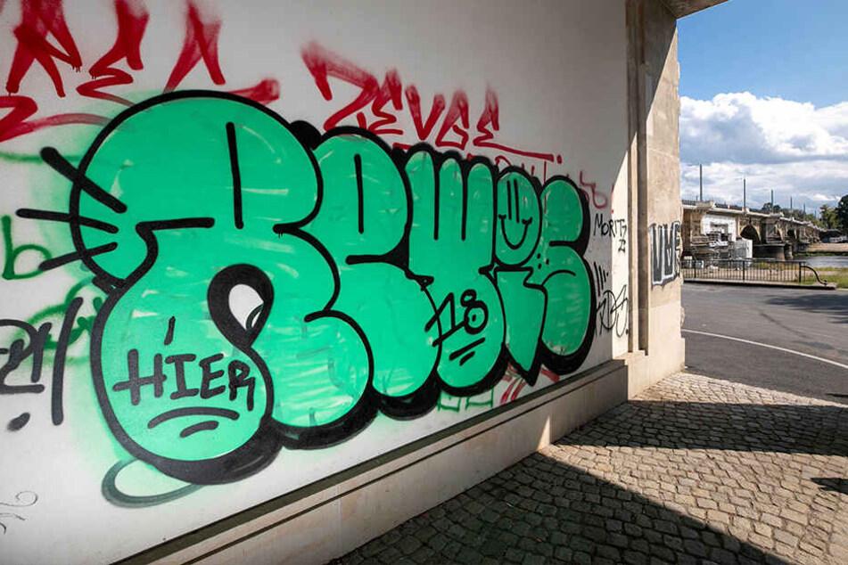 """Den Zugang zum Elberadweg an der Albertbrücke """"zieren"""" gleich mehrere unleserliche Schriftzüge."""