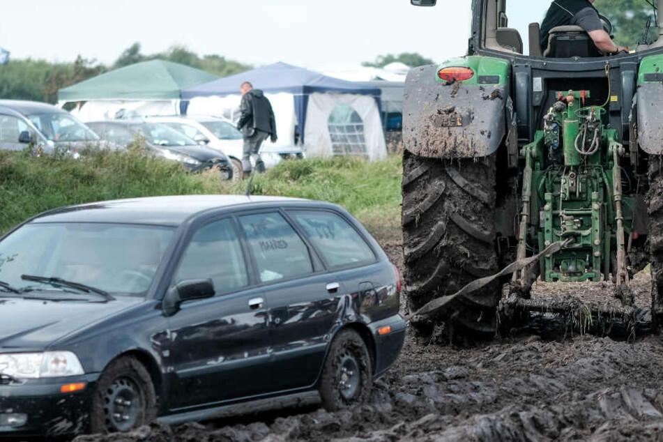 Ähnlich wie hier wollte der Rentner seinen eigenen Wagen von der Wiese ziehen - und geriet in der Folge unter den Traktor. (Symbolbild)