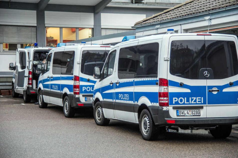 """Mehrere Polizeibusse in Stuttgart. Die Beamten waren zuvor im """"Linken Zentrum Lilo Hermann"""" zugange gewesen."""