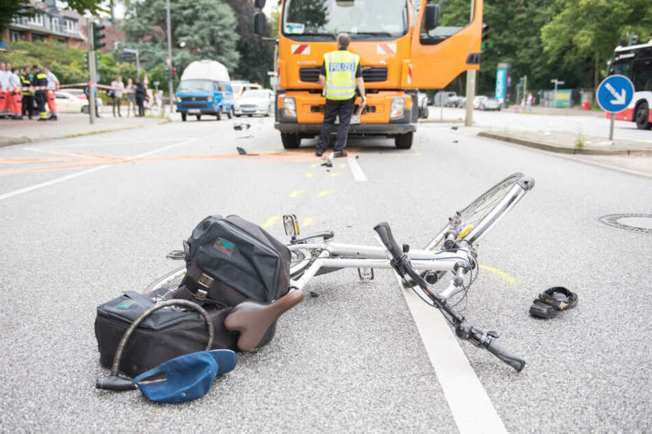 Nach einem Unfall liegt ein Fahrrad auf einer Straße. Im vergangenen Jahr starben zwei Radfahrer in Hamburg.