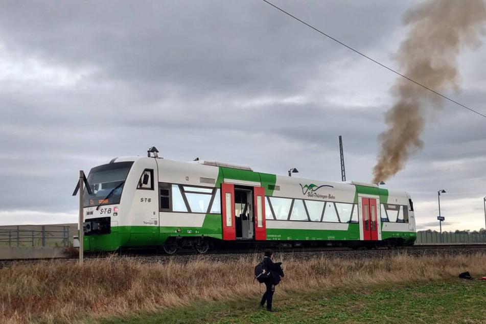 Zug fängt während Fahrt Feuer: Brand legt Bahnverkehr lahm