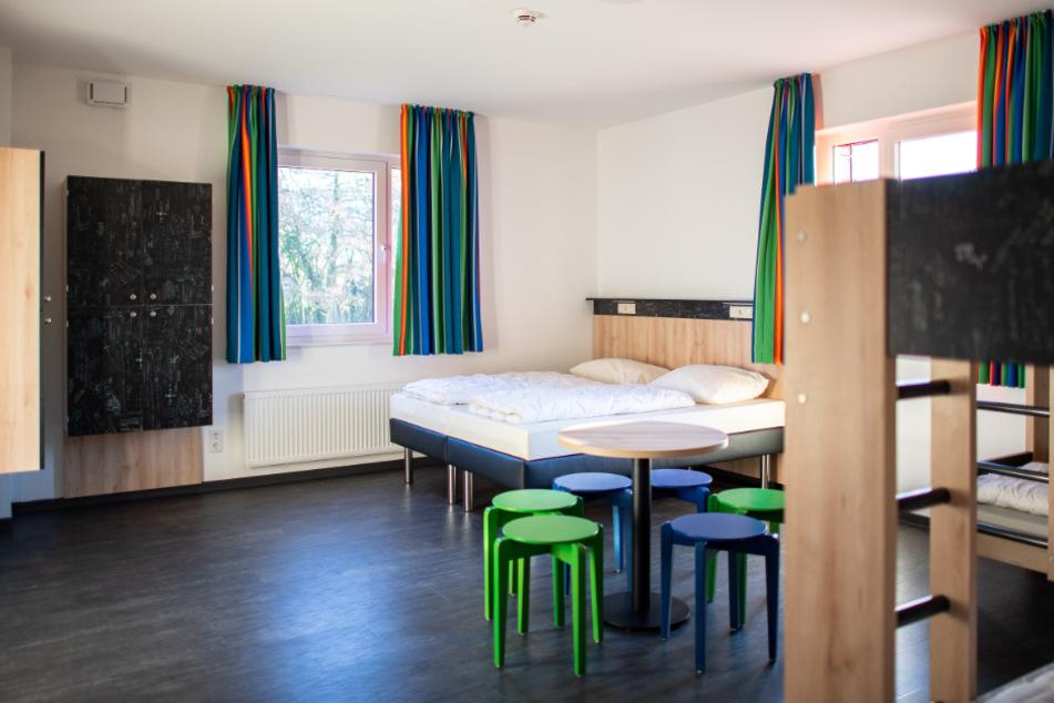 Ein Blick in das Zimmer einer Jugendherberge.