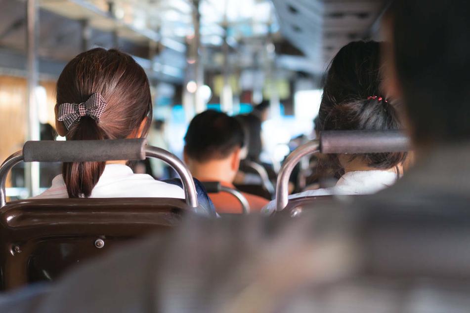 Der alte Mann hatte sich im Bus neben die 17-Jährige gesetzt und dann damit begonnen, sie absichtlich zu berühren (Symbolbild).