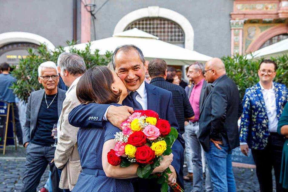 Wahlsieger Octavian Ursu (51, CDU) umarmt auf dem Görlitzer Untermarkt seine Frau Désirée. Beide sind seit 25 Jahren ein Paar, beide strahlten nach der Wahl am Sonntagabend überschwänglich.