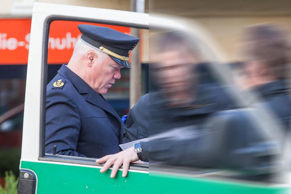 Polizeipräsident Horst Kretzschmar (56, li.) wird mit dem Beamten ein persönliches Gespräch führen.