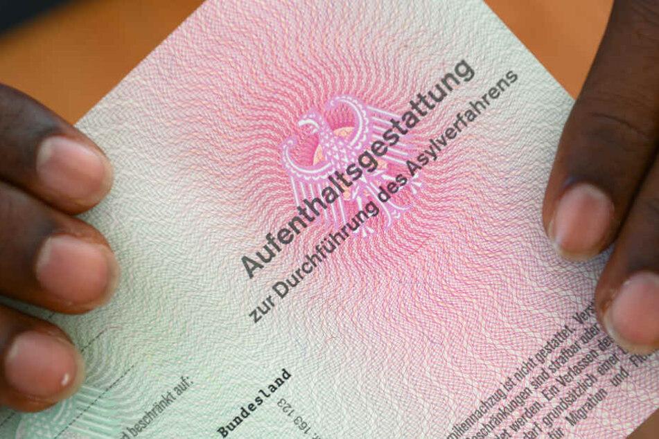 Für die Dauer ihres Verfahrens erhalten Asylbewerber eine Aufenthaltsgenehmigung (Symbolbild).