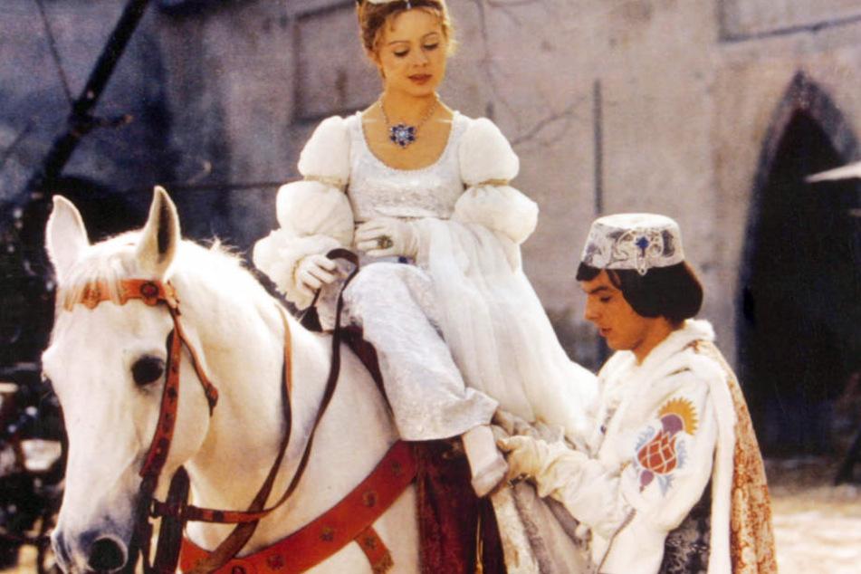 Kult, schön, märchenhaft: Die entscheidende Szene des Films, bei der der Prinz Aschenbrödel den verlorenen Schuh anzieht.