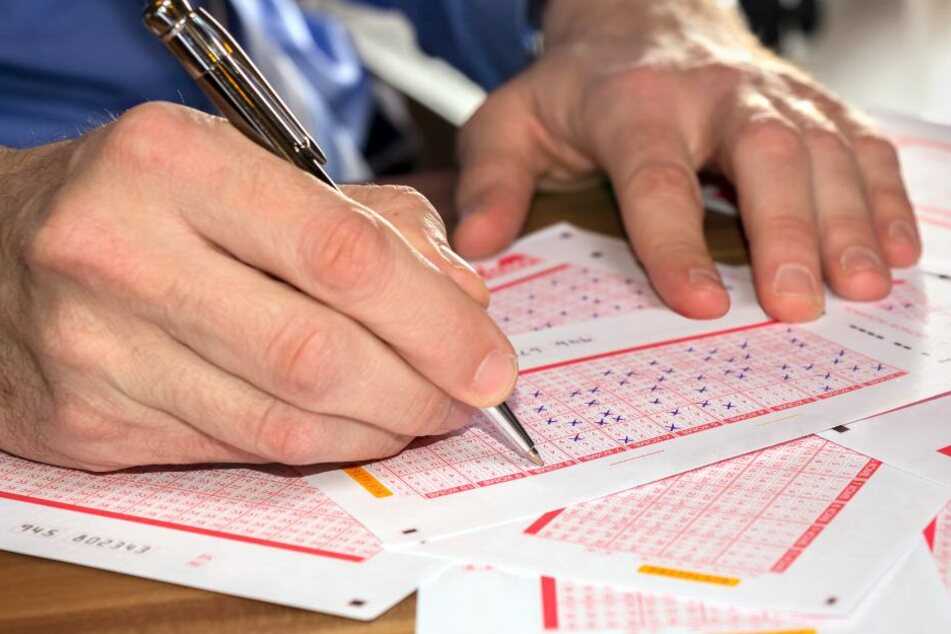 An Heiligabend: Mann spielt für vier Euro Lotto und ist plötzlich Millionär!