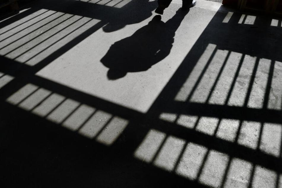 Kinder leiden besonders, wenn ein Elternteil in Haft sitzt. (Symbolbild)