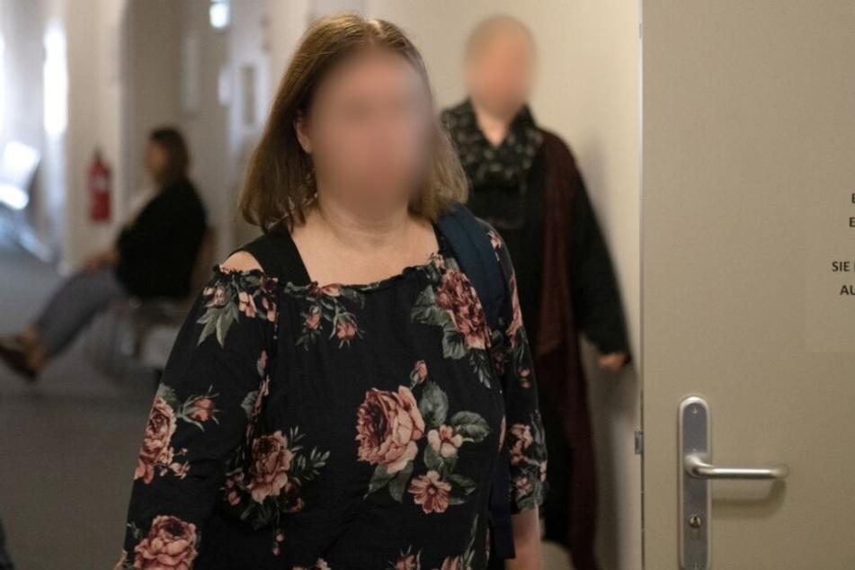 Die vierfache Mutter geht zum Gerichtssaal.