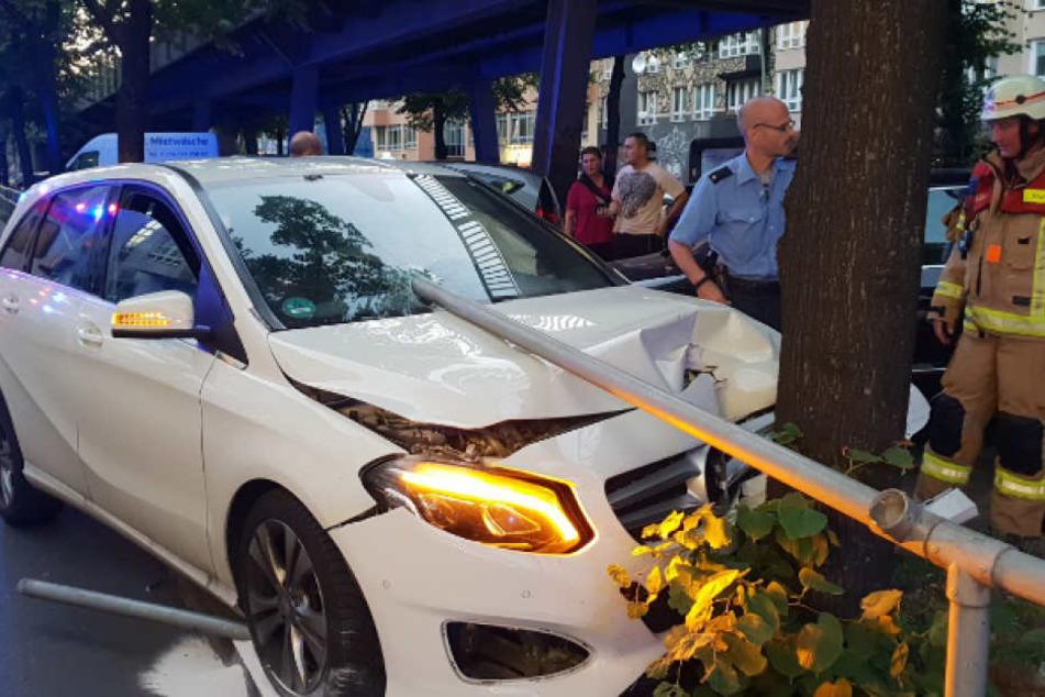 Der Unfall endete an einem Baum in der Bülowstraße.