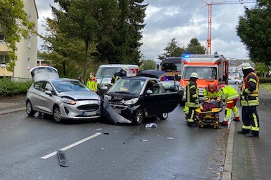 Bei dem Unfall lösten sich Fahrzeugteile. Die Polizei musste die Straße vorübergehend sperren.