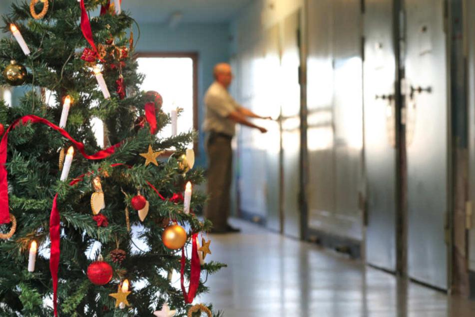 Weihnachten wird es auch im Knast besinnlich. Auf den Fluren stehen geschmückte Christbäume.