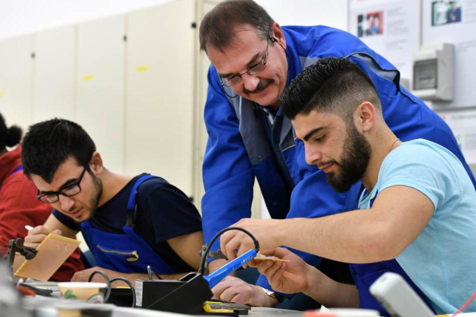 Mit individueller Betreuung sollen Migranten und Asylbewerber in den Arbeitsmarkt integriert werden.