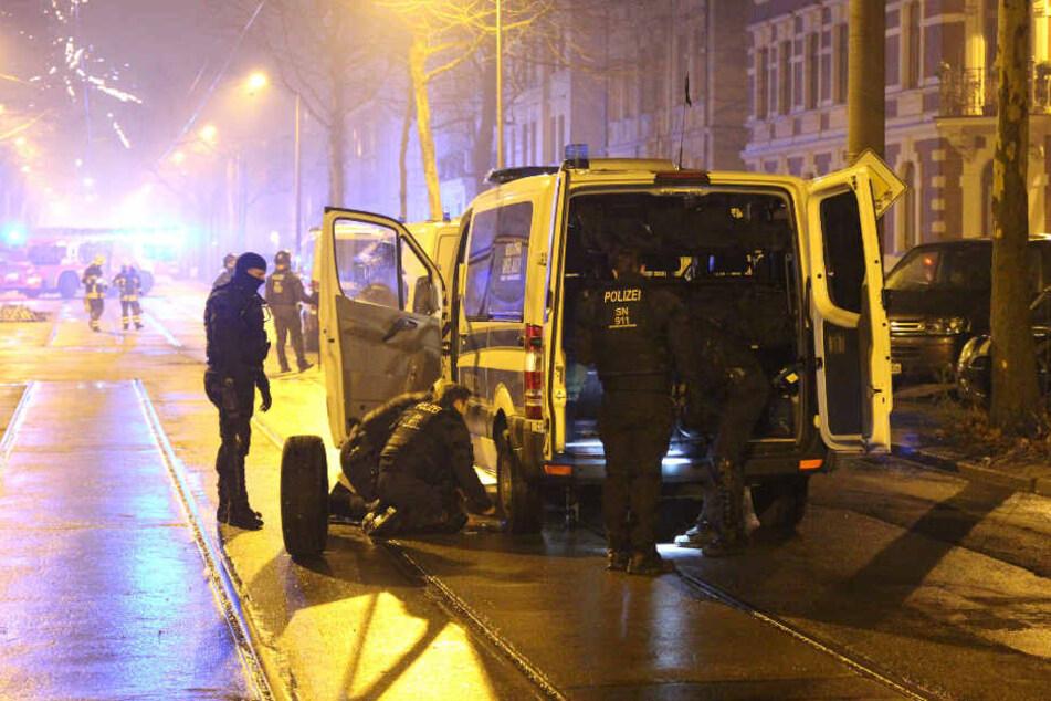 Spitze Gegenstände auf der Straße und brennende Barrikaden auf der Karl-Heine-Straße verunmöglichten ein Weiterkommen der Einsatzkräfte in Leipzig-Plagwitz.