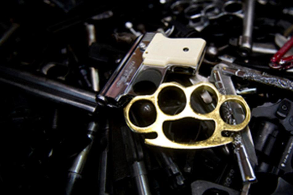 Der 28-Jährige hatte einen Schlagring, einen Totenschläger und einen Elektroschocker mit integriertem Einhandmesser dabei. (Symbolbild)