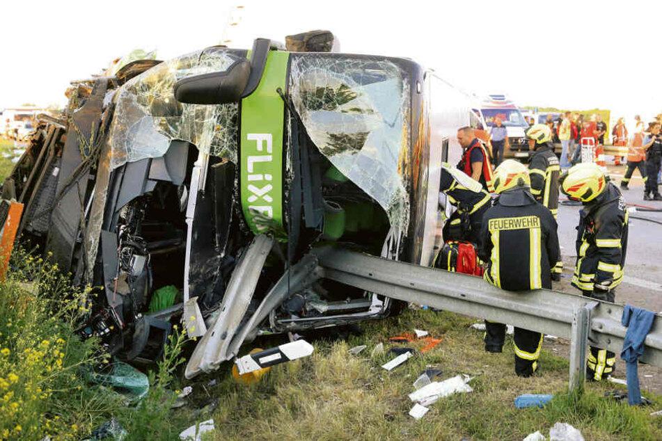 Auf der A9 war dieser Flixbus umgekippt. Eine Leitplanke bohrte sich ins Innere, eine Frau starb.