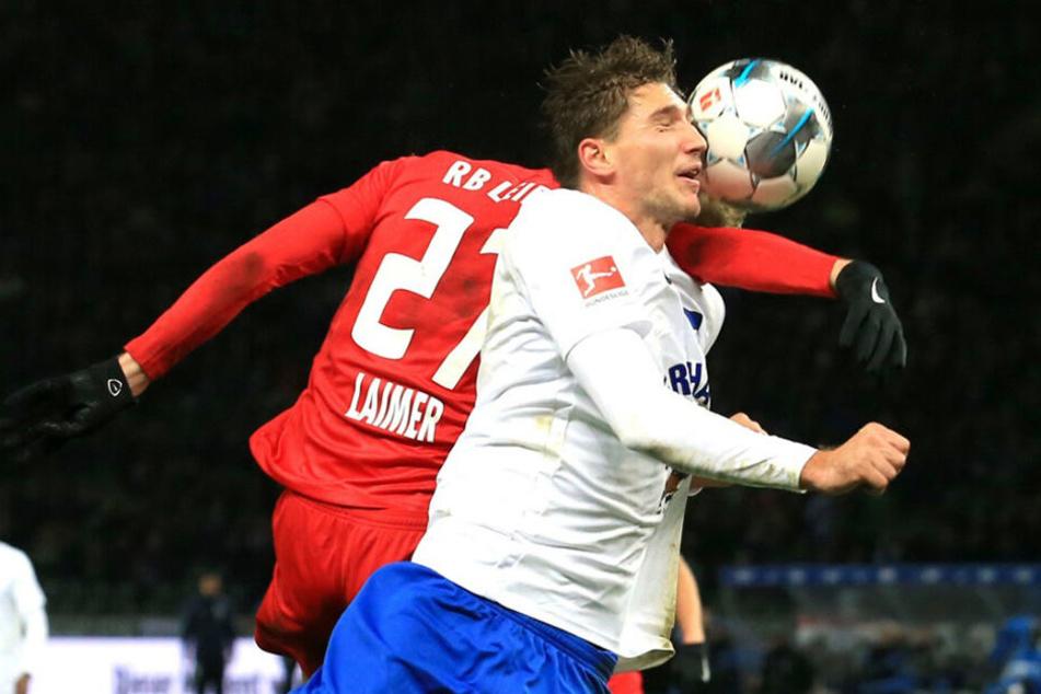 Im Strafraum traf Konrad Laimer seinen Gegenspieler Niklas Stark mit ausgebreitetem Arm im Gesicht. Der Herthaner brach sich dabei das Nasenbein.
