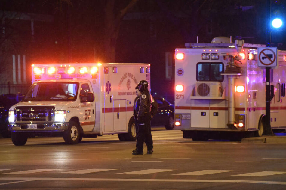 Viele Krankenwagen mussten anrücken. Vier Menschen, darunter der mutmaßliche Angreifer und ein Polizist starben in Chicago.