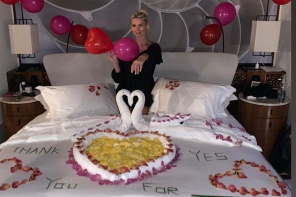 Stolz posiert Katja Kühne (34) nach dem Antrag ihres Partners Marcel Sabitzer (25) im gemeinsamen Bett auf den Malediven.