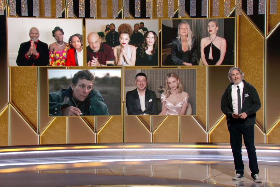 """Die Gastgeber konnten sich sehen lassen: Hier verkündet Schauspieler Joaquin Phoenix (46, """"Joker"""") den Sieger der Kategorie """"Beste Schauspielerin in einem Filmdrama""""."""