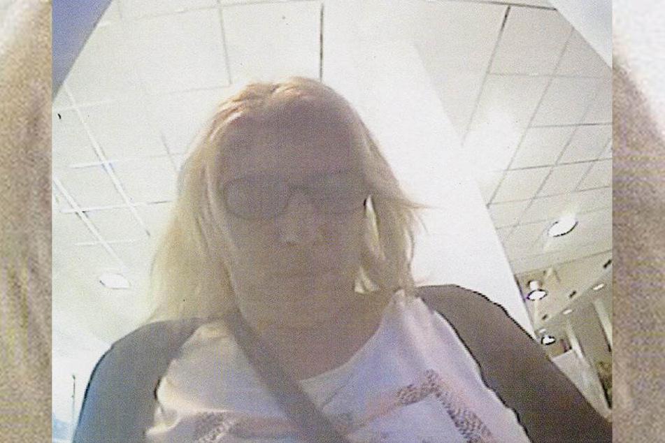 Das Bild der Täterin wurde von einer Überwachungskamera aufgenommen.