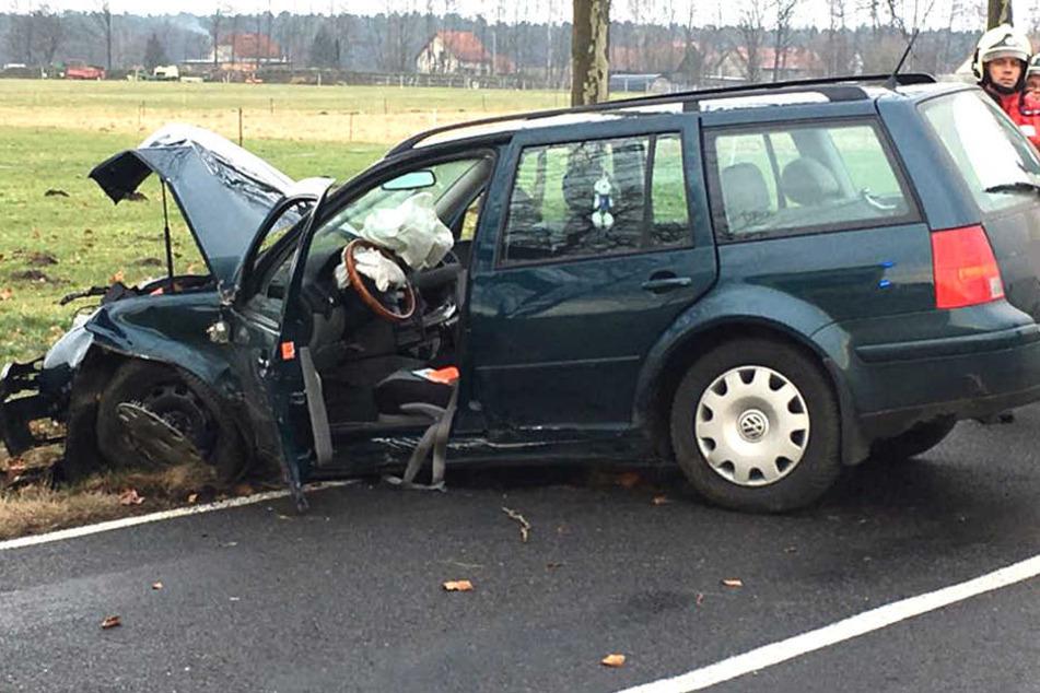 Der VW crashte bei Bautzen gegen einen Baum.